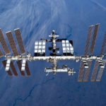 ISS Autor: NASA – http://spaceflight.nasa.gov/gallery/images/station/crew-23/hires/s131e011053.jpg(http://spaceflight.nasa.gov/gallery/images/station/crew-23/html/s131e011053.html), Volné dílo, https://commons.wikimedia.org/w/index.php?curid=10109746